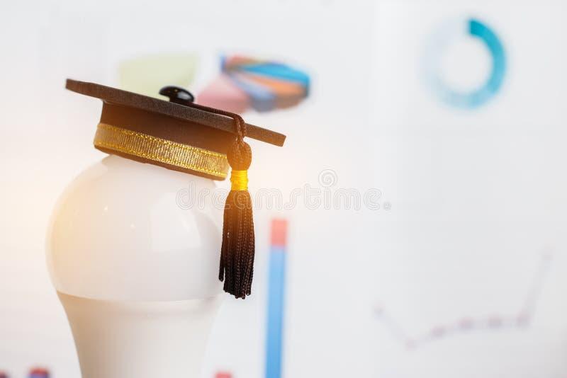 Studia doktoranckie lub wiedza edukacyjna to pojęcie władzy: Nakładać nasadkę na żarówkę i tło wykresu Koncepcja zdjęcie royalty free