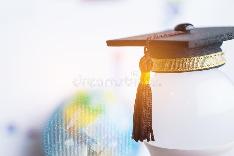 Studia doktoranckie lub wiedza edukacyjna to pojęcie władzy: Nakładać nasadkę na żarówkę i tło wykresu Koncepcja obrazy stock