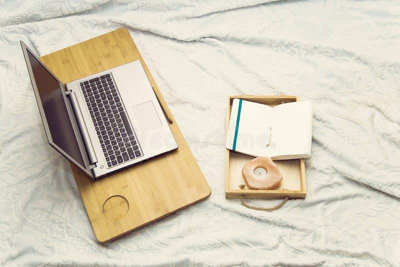 Studie eller arbete hemma på soffan royaltyfri foto