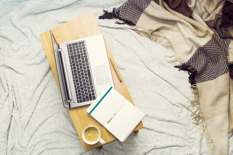 Studie of het werk thuis aangaande de laag stock afbeelding