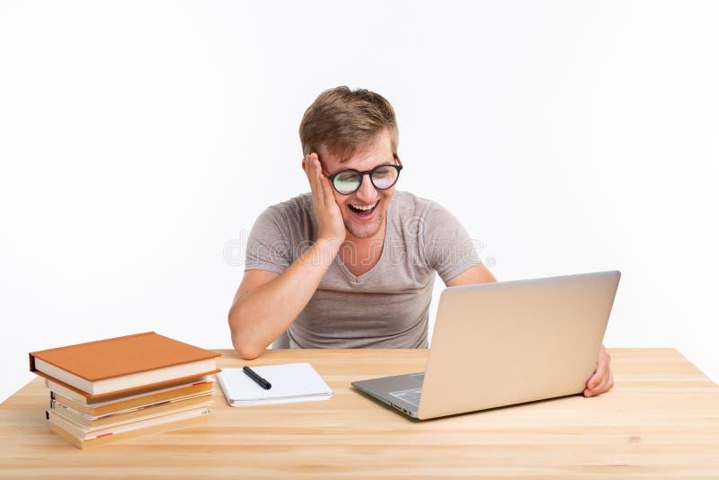 Studie, onderwijs, mensenconcept - mens die oefeningen in laptop doen, die verbaasd kijken royalty-vrije stock afbeelding