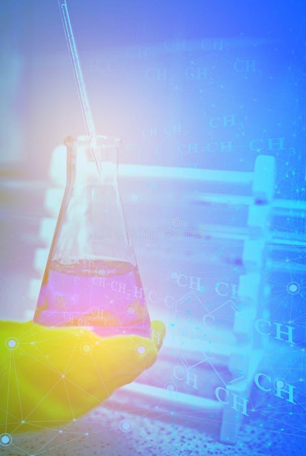 Studie van de fysico-chemische eigenschappen van olie van een put bij een onderzoekinstituut De introductie van Internet van ding stock afbeeldingen