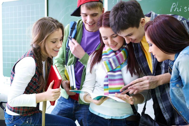 Studiegroep in klaslokaal stock foto
