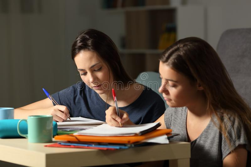 Studieintresserade studenter som hårt studerar i natten arkivfoton