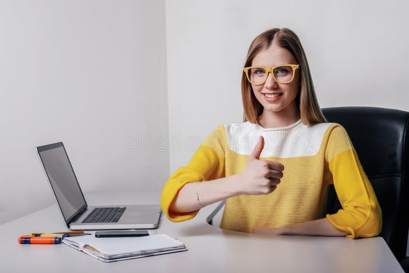 Studiekvinnlig med bärbar datorshower som göras väl arkivfoto