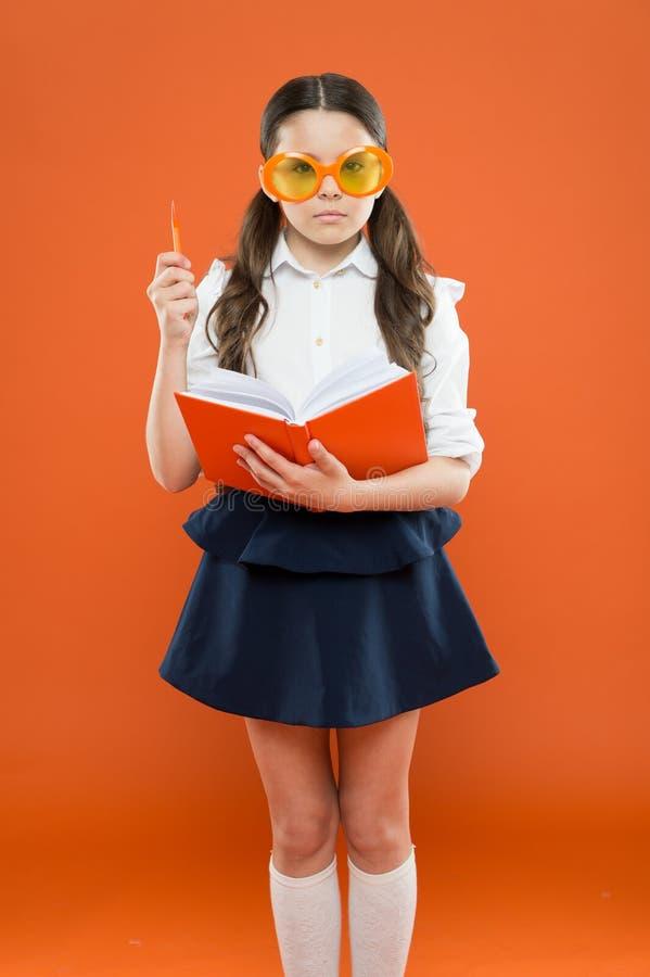 Studielitteratur Eleven gillar studien Liten flicka som tycker om hennes skolatid Lycklig liten skolflicka som är klar för kurs g royaltyfri bild