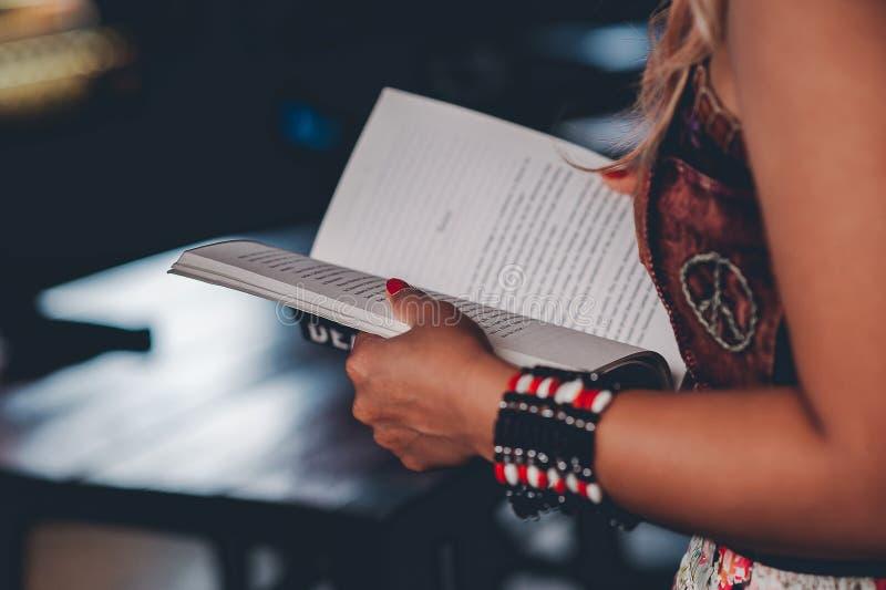 Studien för kunskap läste böcker i arkivet arkivbild