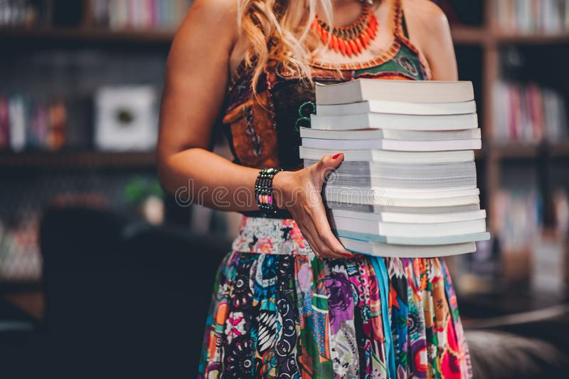 Studien för kunskap läste böcker i arkivet royaltyfri fotografi