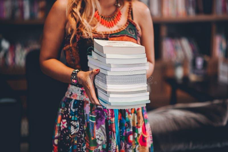 Studien för kunskap läste böcker i arkivet royaltyfri bild