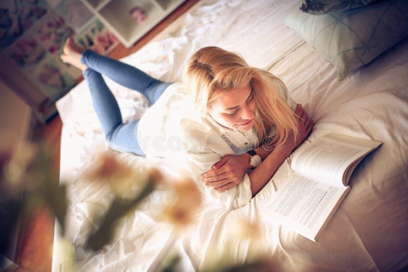 Studien i säng är avslappnande arkivfoto