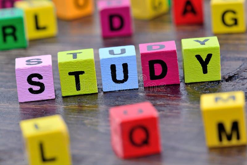 Download Studienwort auf Tabelle stockfoto. Bild von text, viele - 90226790