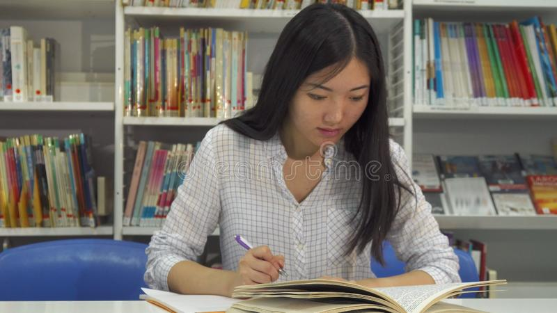 Studier för kvinnlig student på arkivet arkivfoto