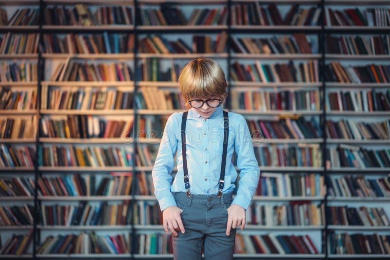 Studieren des Jungen lizenzfreie stockfotografie