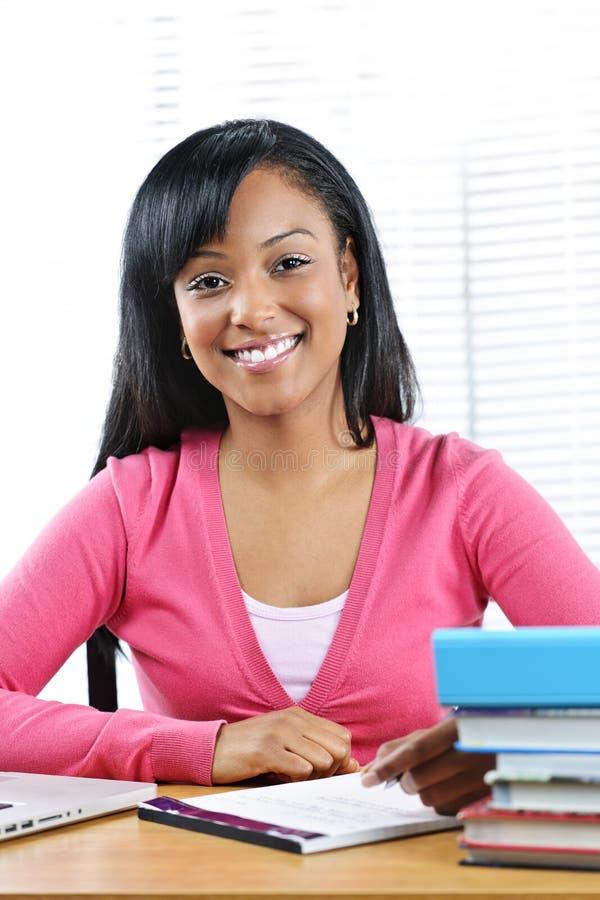 Studieren des weiblichen Kursteilnehmers lizenzfreies stockbild