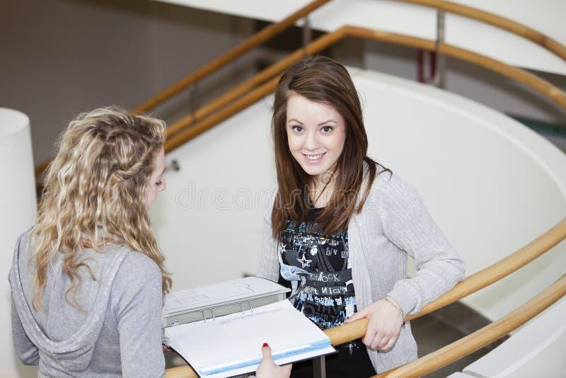 Studieren mit zwei Mädchen lizenzfreie stockbilder