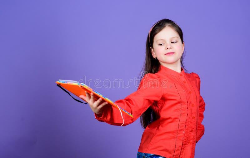 Studieren Sie und erlernen Sie Violetter Hintergrund des M?dchengriff-Buches Kindershowbuch Buchkonzept Kluge Zitate Literaturclu stockbild