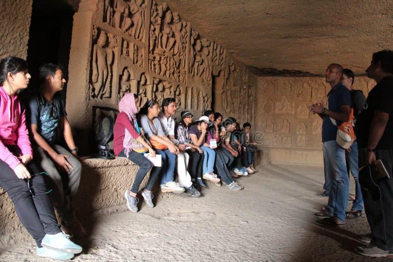 Studieren von buddhistischen Höhlen lizenzfreie stockbilder