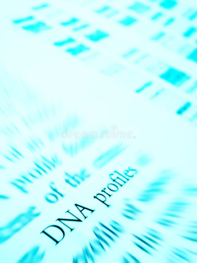 Studieren von DNA-Profilen stockfotos