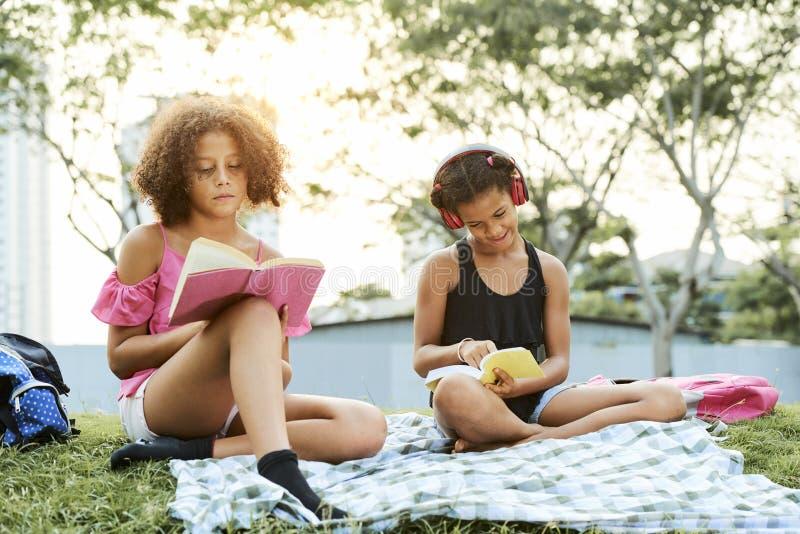Studierende Bücher der klugen afro-amerikanischen Mädchen stockfotografie