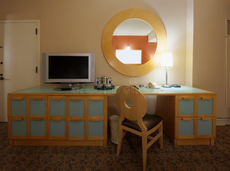 Studieruimte met het schrijven van bureau en lcd de reeks van TV stock afbeelding