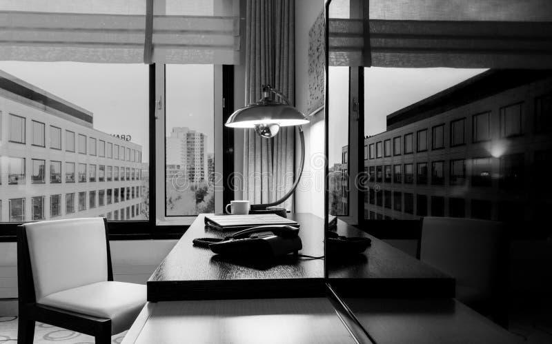 Studieruimte met het schrijven van bureauleunstoel en TV-reeks royalty-vrije stock afbeelding