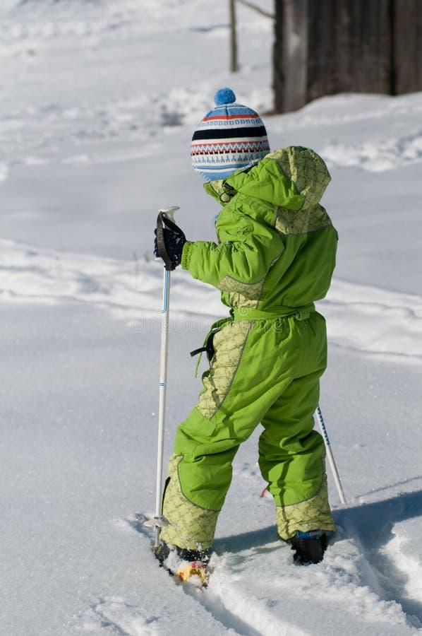 Studiing να κάνει σκι μικρών παιδιών στοκ εικόνες