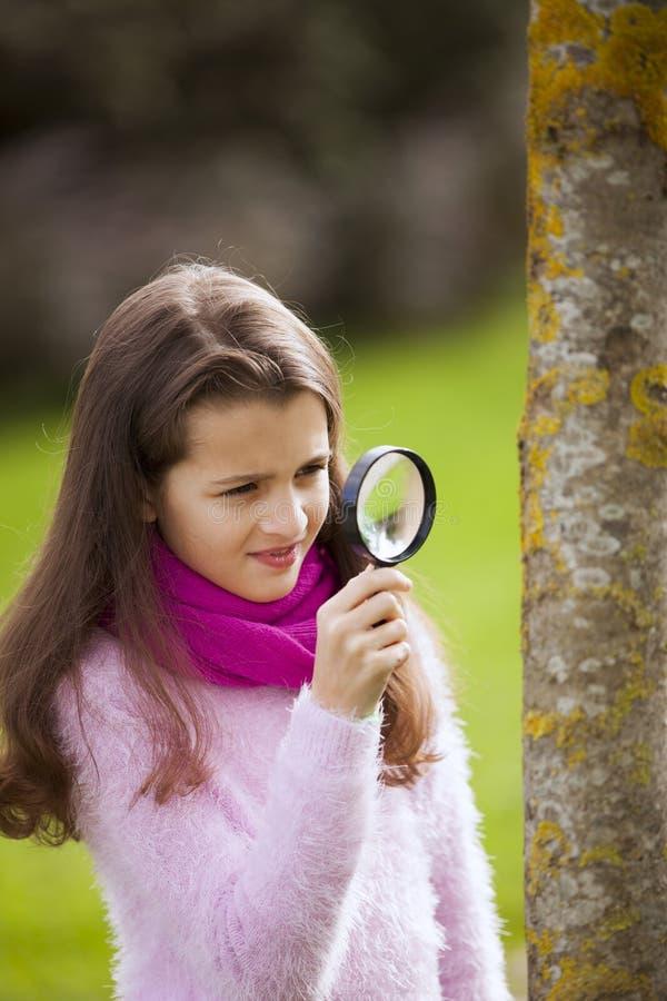 Studing biologi för barn royaltyfria bilder