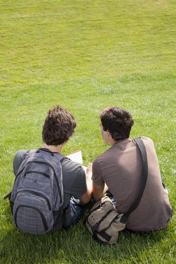 Studing en al aire libre fotos de archivo