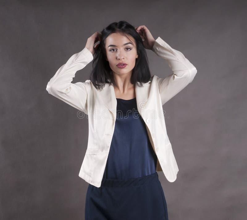 Studio castana della giovane bella del lavoro donna di affari sicura seria del modello fotografia stock libera da diritti