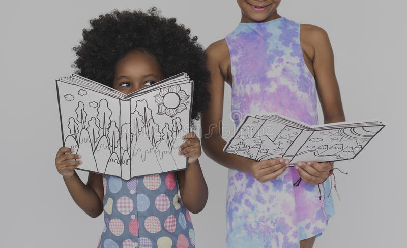 Studio d'unité d'éducation de livre de lecture d'amies d'enfants photographie stock libre de droits