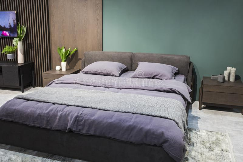 Studio de luxe dans un style de grenier dans des couleurs foncées Secteur confortable moderne élégant de chambre à coucher image stock