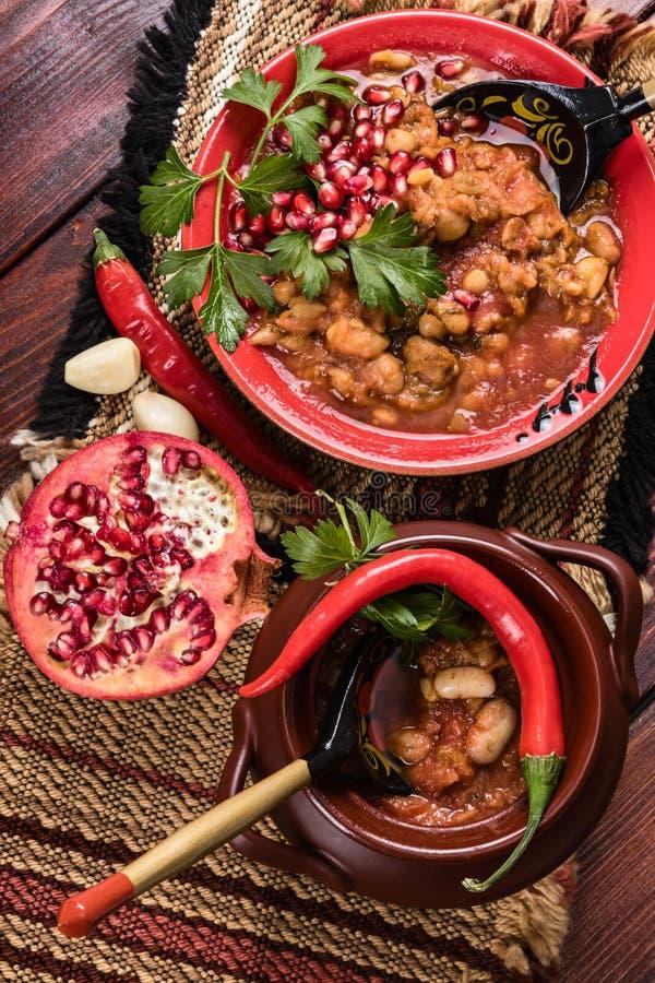 Studio de nourriture de vue supérieure avec le plat épicé de haricots végétariens avec le peppe image libre de droits