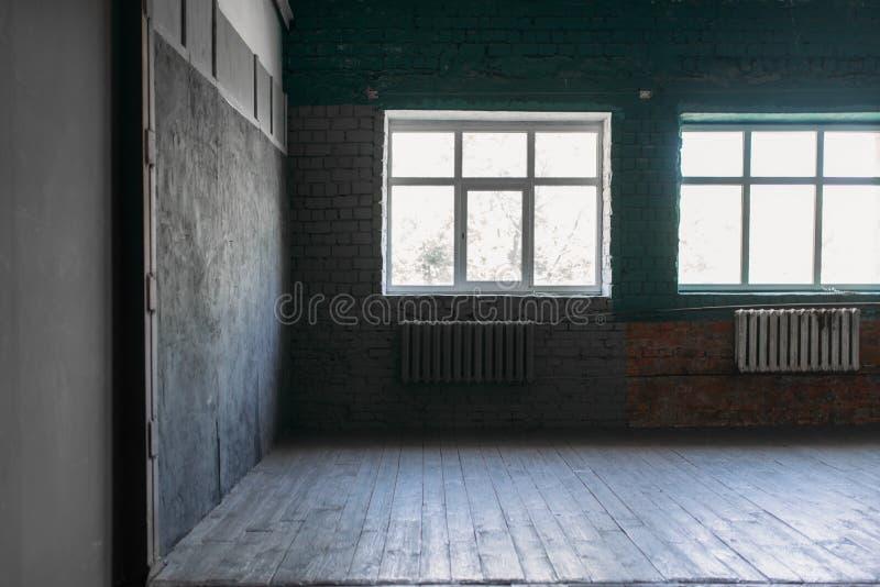 Studio de photo avec de grands fenêtres et murs de cercle image libre de droits