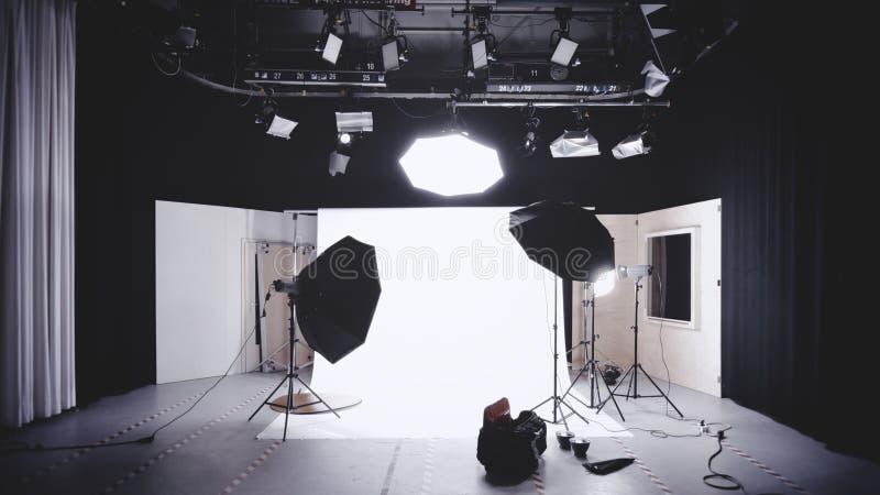 Studio de photo avec le miroir encadré en bois blanc de mur image libre de droits