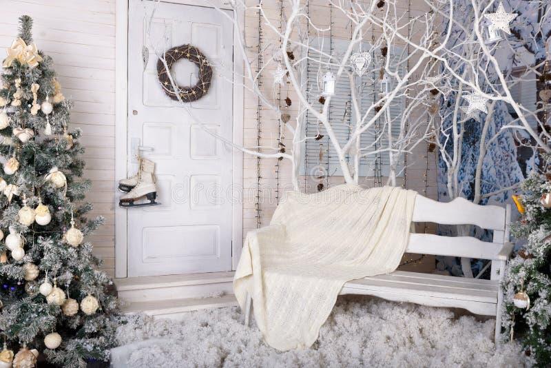 Studio de photo de nouvelle année décoré dans les couleurs blanches photos libres de droits