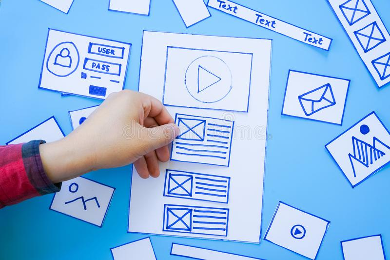 Studio de planification de conception de wireframe de cadre de disposition de calibre de dessin de croquis d'ébauche de développe photos libres de droits