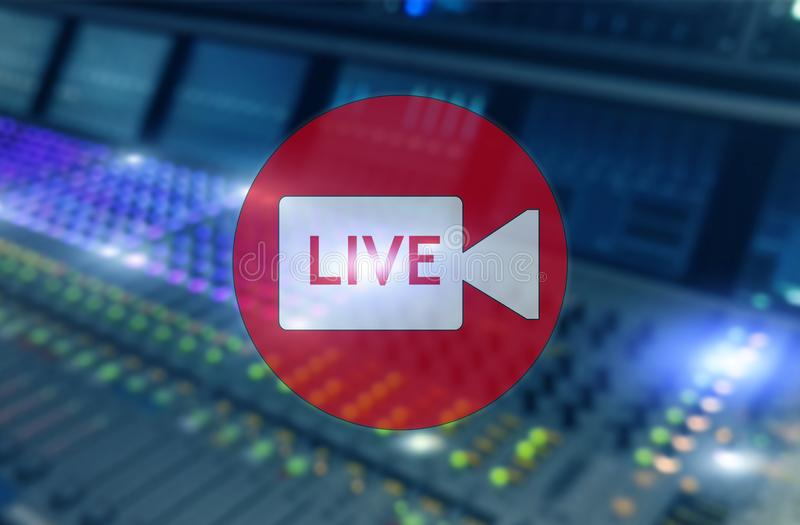 Studio de radiodiffusion ou vivre Pièce d'émission Inscription vivante sur le panneau audio professionnel, fond brouillé illustration libre de droits