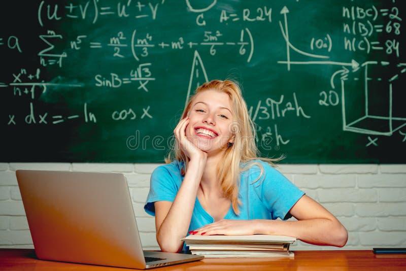 Studio degli studenti di college Istruzione Ragazza dello studente che legge una presentazione sul computer portatile Studio di i immagine stock
