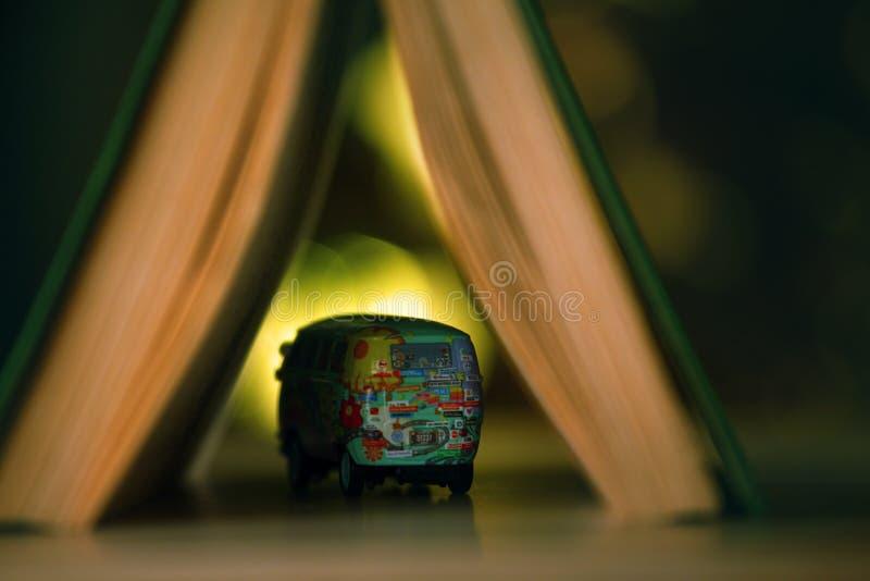Studio del bokeh dell'oro del libro dell'automobile del giocattolo fotografia stock libera da diritti