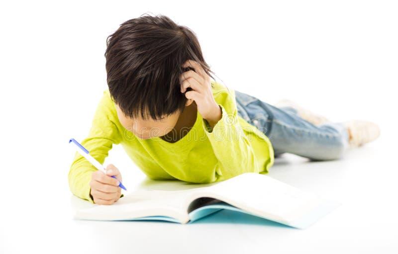 Studio del ragazzino sul pavimento immagini stock libere da diritti
