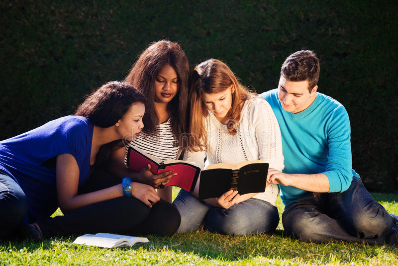 Studio della bibbia del gruppo fotografie stock libere da diritti