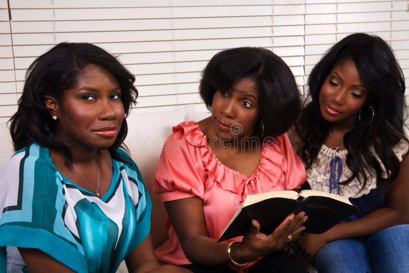 Studio della bibbia di famiglia fotografie stock libere da diritti