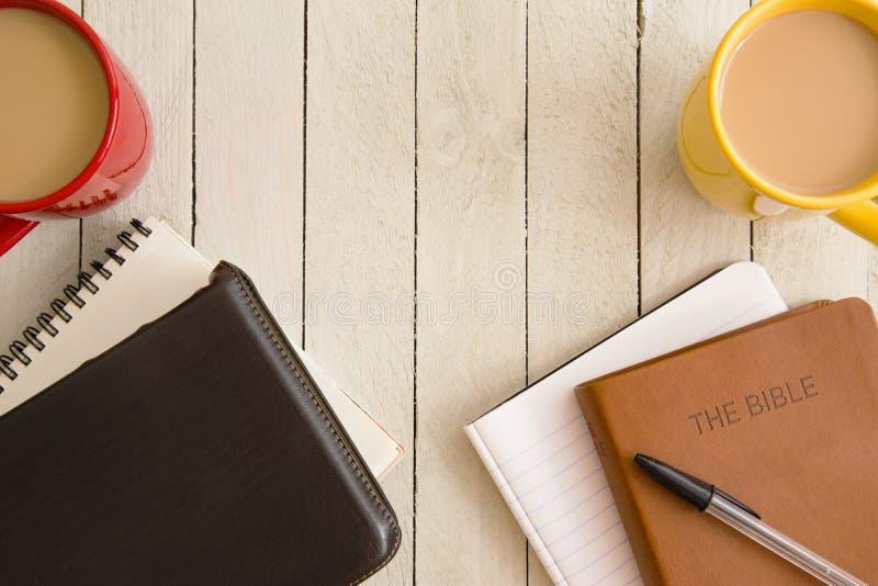 Studio della bibbia e una tazza di caffè immagine stock libera da diritti