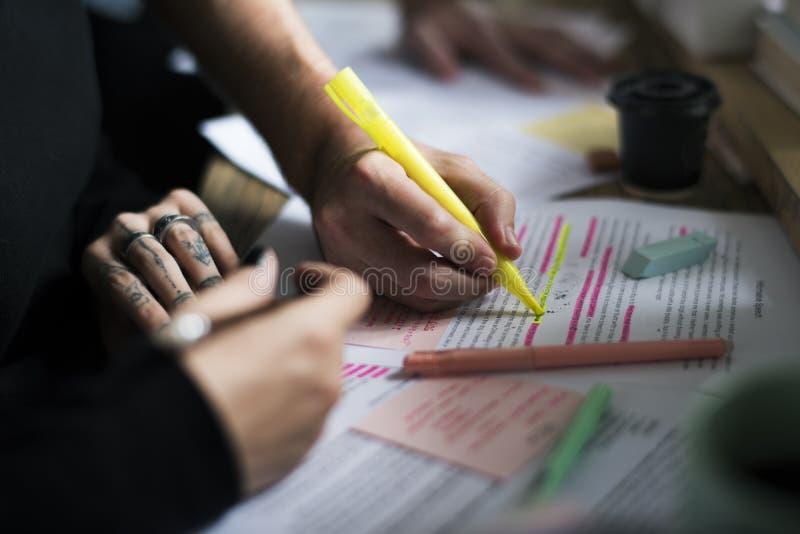 Studio della gente dell'istituto universitario che impara le note di conferenza della lettura fotografie stock libere da diritti
