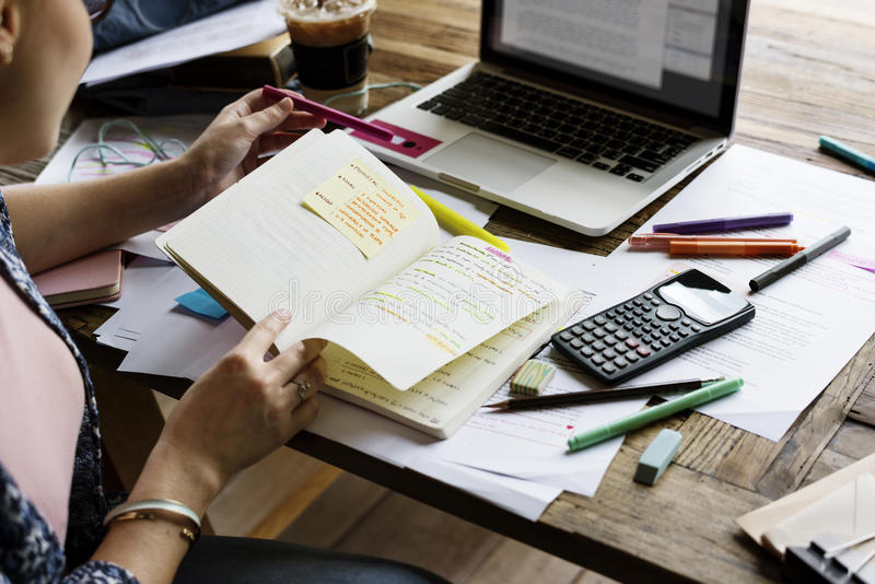 Studio della gente dell'istituto universitario che impara le note di conferenza della lettura fotografie stock