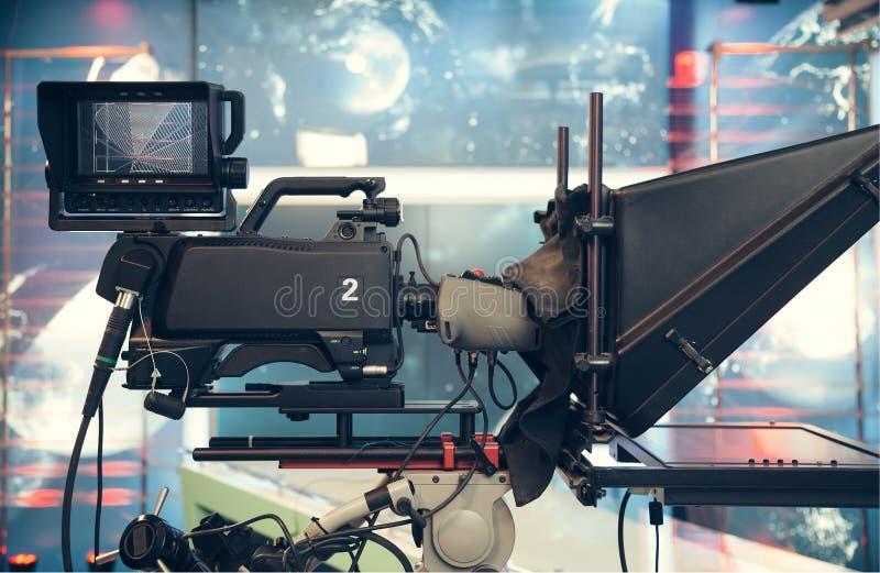 Studio della televisione con la macchina fotografica e le luci - NOTIZIE della TV di registrazione immagine stock