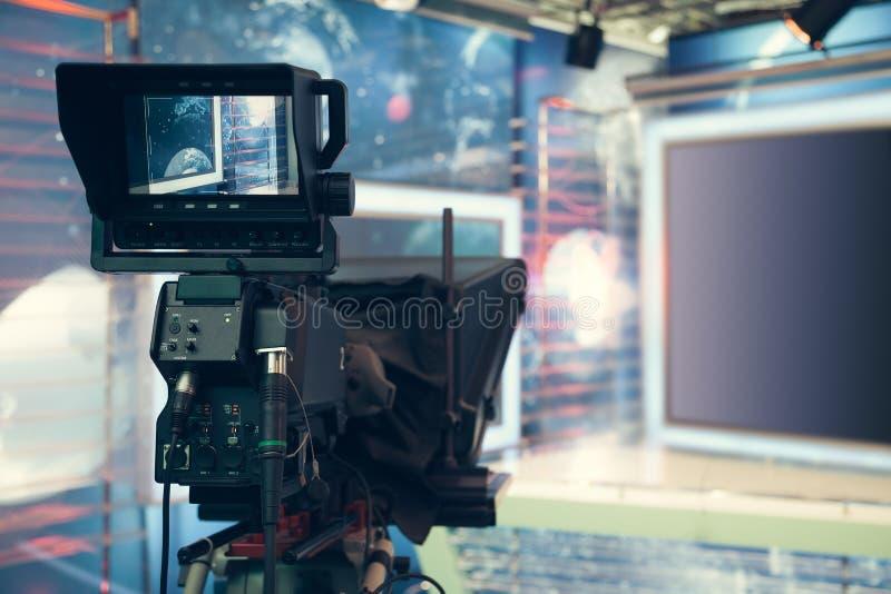 Studio della televisione con la macchina fotografica e le luci - NOTIZIE della TV di registrazione immagini stock libere da diritti