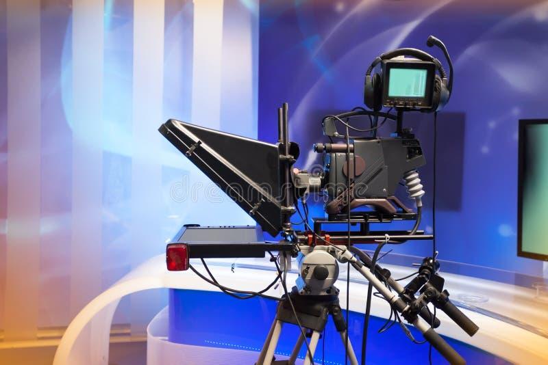 Studio di NOTIZIE della TV con la macchina fotografica e le luci fotografie stock