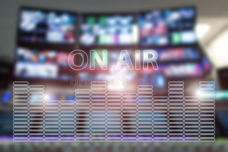 Studio di radiodiffusione su aria Il suono di media, la radio e l'annotazione della televisione sui monitor hanno offuscato il fo fotografie stock libere da diritti