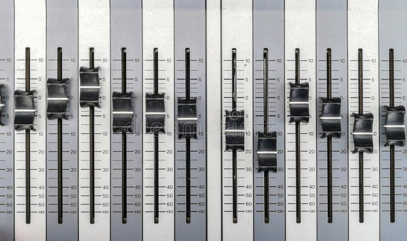 Studio di registrazione, tecnico del suono, direttamente sopra, vista dell'angolo alto, apparecchio di registrazione sano fotografia stock libera da diritti